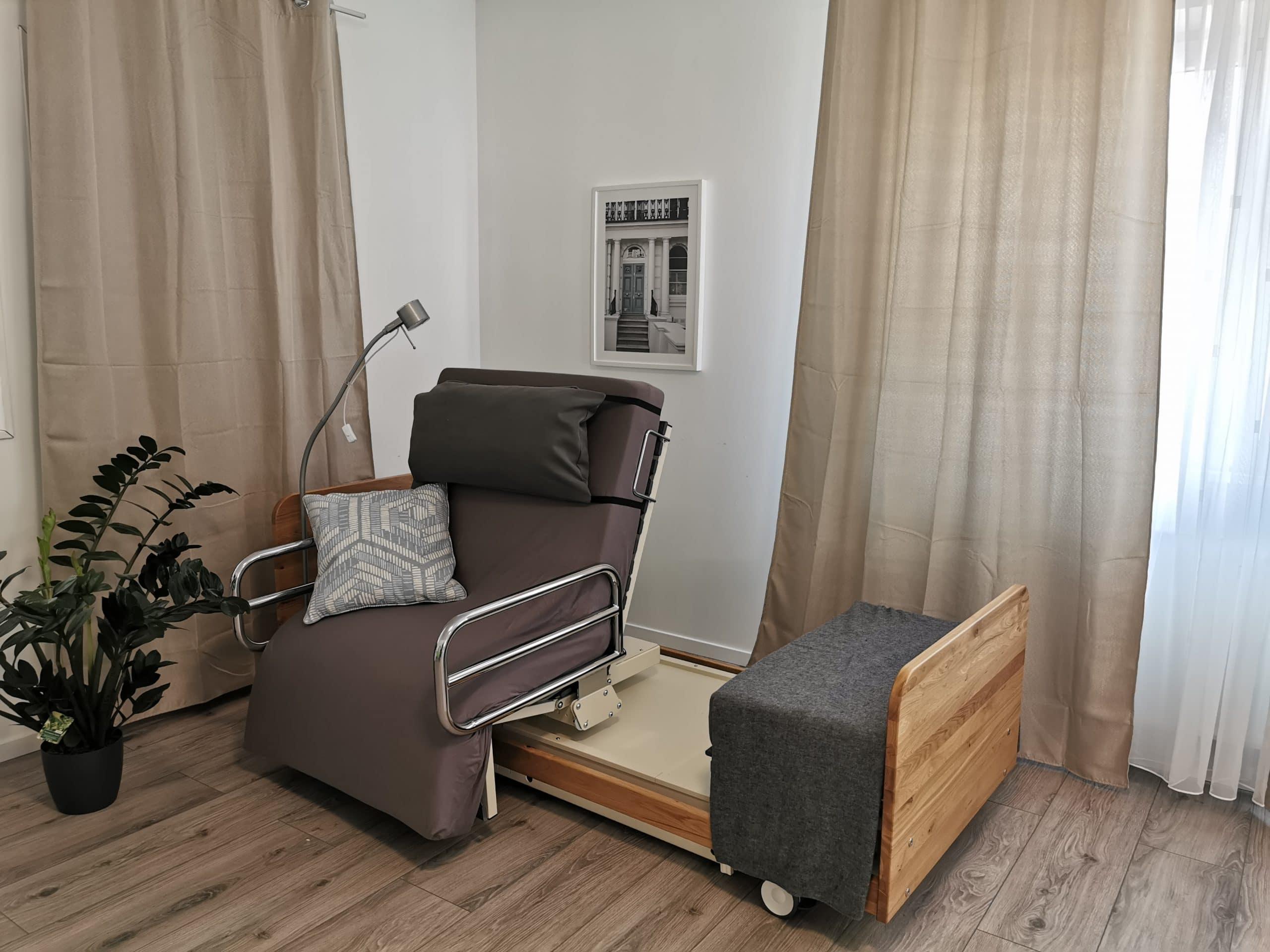 INDREA Aufsteh- und Pflegebett im edlen Eichen Design