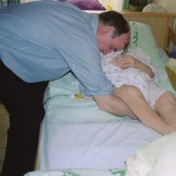 Transfer im herkömmlichen Pflegebett (ergonomisch ungünstig - anstregend)